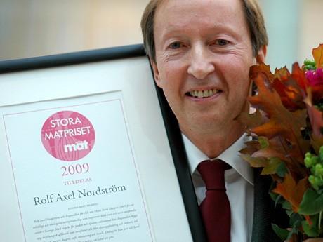 Rolf Axek med ett pris i handen
